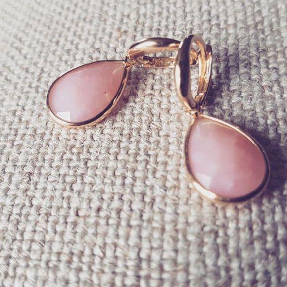 oorringen geelgoud roze opaal